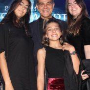 Eduardo Moscovis leva as filhas a premiação de teatro