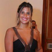 Giulia Costa rouba a cena em premiação e mostra semelhança com Flávia Alessandra