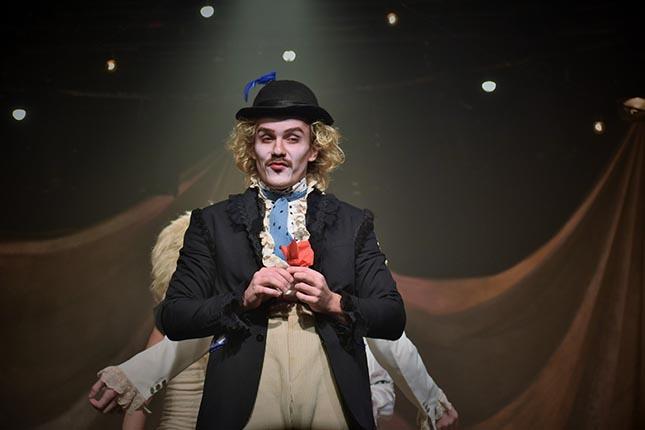 """Vou Deixar de Ser Feliz, Por Medo de Ficar Triste?"""" - Teatro Cesgranrio"""