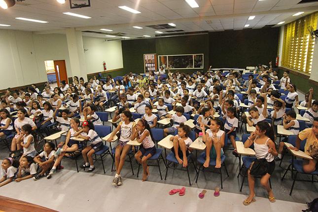 Crianças assistindo à peça infantil da Cesgranrio